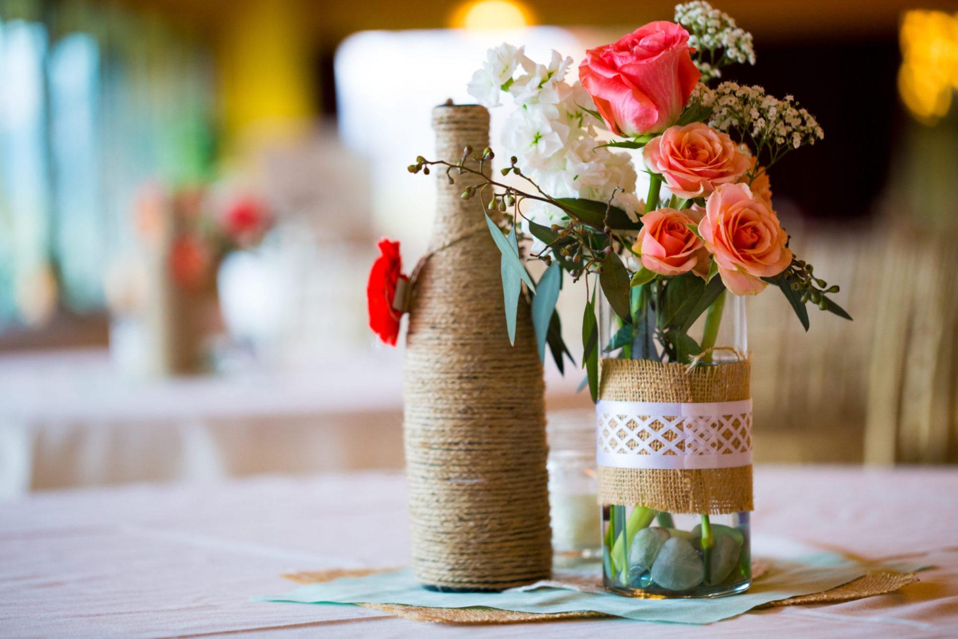 Květinová dekorace v ozdobené váze
